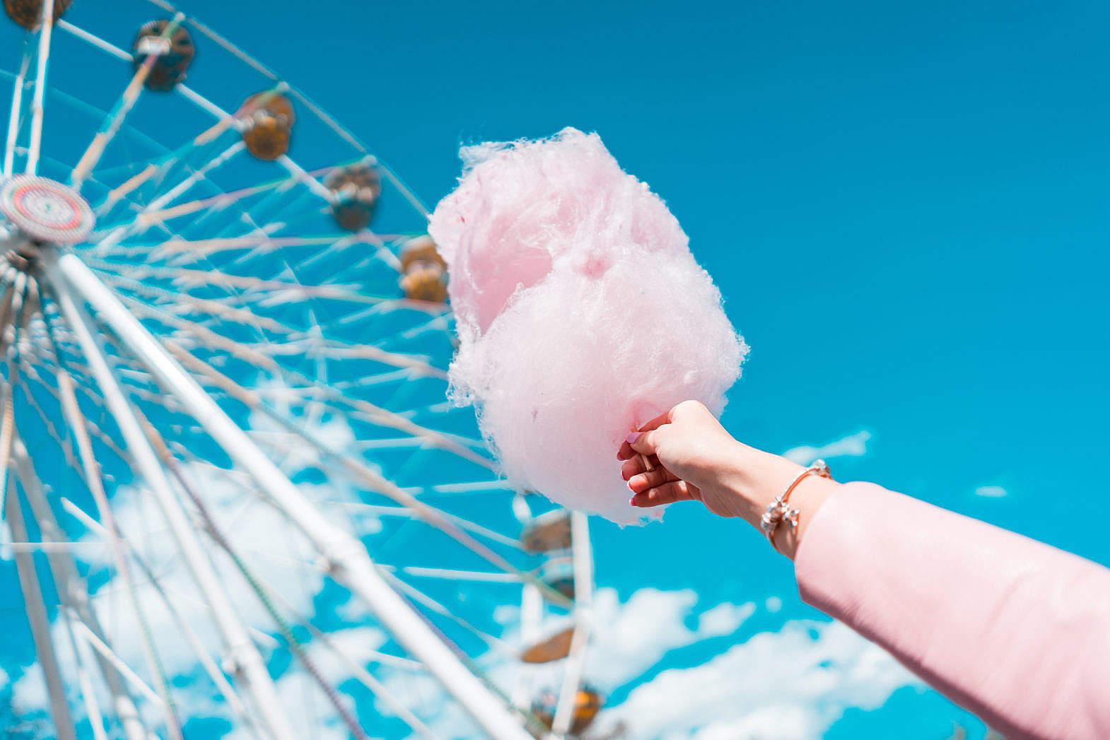 游乐园 ,棉花糖, 手, 举 ,摩天轮, 蓝天 ,玩乐 餐饮-第1张