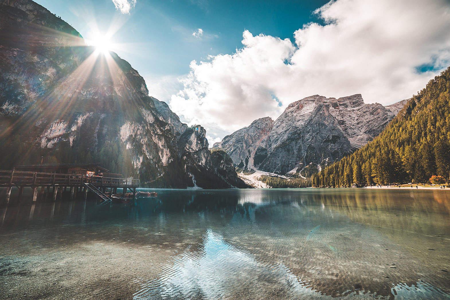 光束,云,清澈的湖水,河水,清澈,倒影,碧波,水波纹,树,木屋 自然风景-第1张