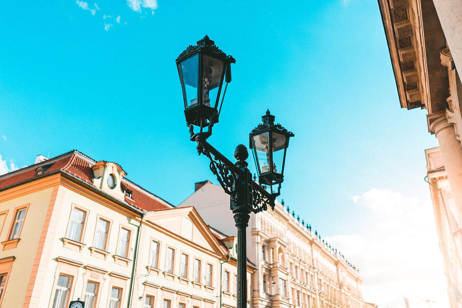 路牌, 路灯,欧式建筑,蓝天,街边,路边, 城市建筑-第1张